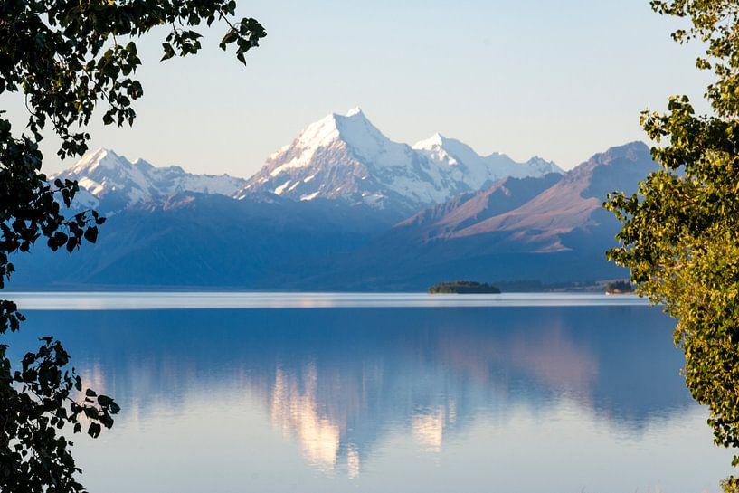 Reflectie van Mount Cook van Ton de Koning
