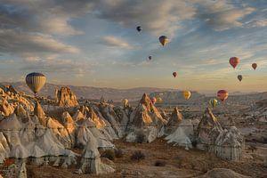 Hot air balloons above Cappadocia von Ruud Bakker