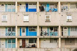 Vooraanzicht van fietsen op balkons in Edinburgh, Schotland van Paul van Putten