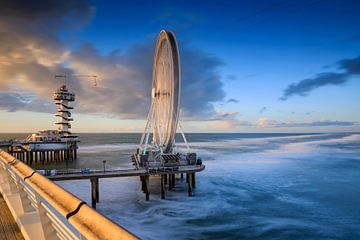 reuzenrad en uitkijktoren op de Pier van Scheveningen