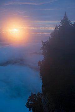 Dramatischer Sonnenuntergang, erlebt auf einer Wanderung in den Schweizer Alpen von wunderbare Erde