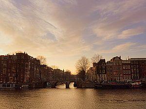Amstel onder oudroze wolkenlucht van Anneriek de Jong