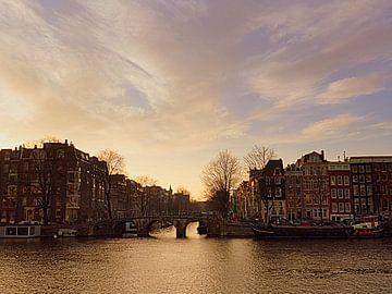 Amstel unter altrosa Himmel von Anneriek de Jong