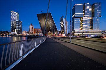 Le pont Erasmus qui est ouvert. sur Paula Romein