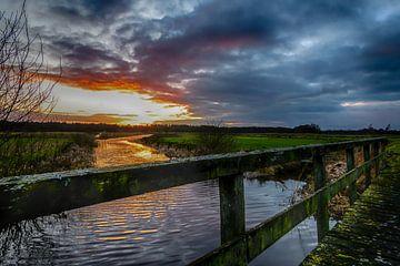 Zonsondergang boven de oude Drentsche Aa van Andrea de Vries