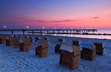Seebrücke Wustrow mit Strandkörben im Sonnenuntergang von Frank Herrmann