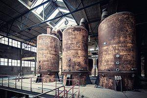 Roestige kook- of verdamppannen in een verlaten suikerfabriek. van WWC Fine Art Photography