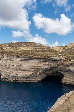 Uitgesleten kliffen en helderblauw water in Malta van Manon Verijdt