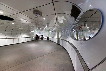 Architektur in Farbe. U-Bahnhof Wilhelminaplein Rotterdam. von Marianne van der Zee