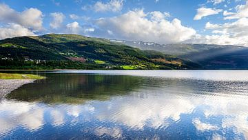 Reflectie in het meer nabij Vossevangen in Noorwegen van Evert Jan Luchies