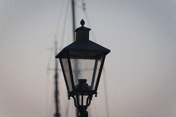 Lampe im alten Hafen von Rotterdam von Etienne Rijsdijk
