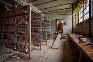 Urbex: Werkzeuge in einer Kristallfabrik