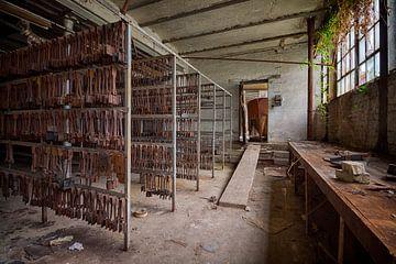 Urbex: Werkzeuge in einer Kristallfabrik von Carola Schellekens