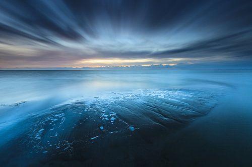 Een stormachtige zonsondergang aan de Friese IJsselmeer kust bij Workum op een koude herfst avond.