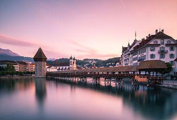 Sonnenuntergang hinter der Kapellbrücke von Luzern von Ilya Korzelius
