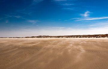Stuivend zand op strand, Terschelling von Rinke Velds