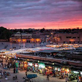 De medina van Marrakesh de Djeema el Fna met op de achtergrond de Koutoubia Moskee. Wout Kok One2exp van Wout Kok