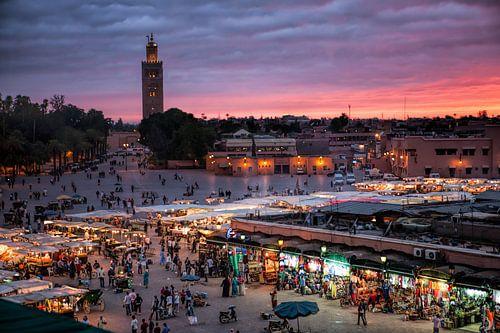 De medina van Marrakesh de Djeema el Fna met op de achtergrond de Koutoubia Moskee. Wout Kok One2exp