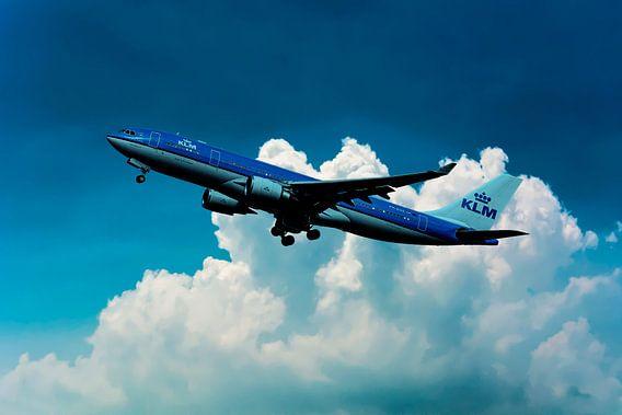 De KLM Airbus A330-200, PH-AOE, Parliament Square Edinburgh van Gert Hilbink