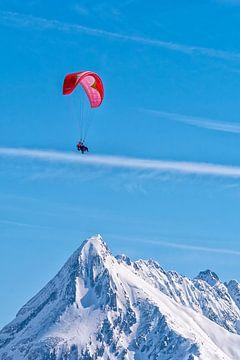 Gleitschirmfliegen über den Bergen von