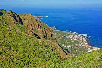 Tenerife - Uitzicht van het Teno-gebergte tot Casa Amarilla van Gisela Scheffbuch
