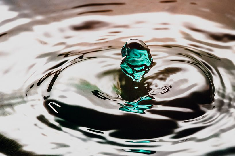Groene waterdruppel valt of wateroppervlak van Fotografiecor .nl