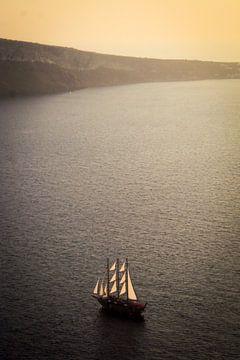 Boat in Santorini van