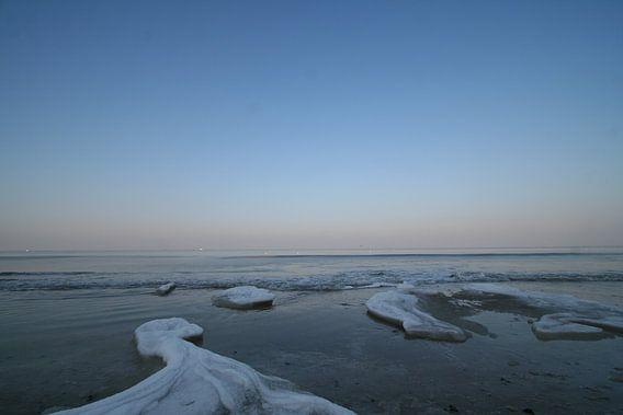 Bevroren strandwater van Johan Töpke