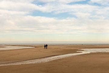 Stelletje wandelt op het Zeeuwse strand van OCEANVOLTA