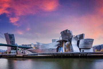 Guggenheim Bilbao Museum über dem Nervion River von Dieter Meyrl