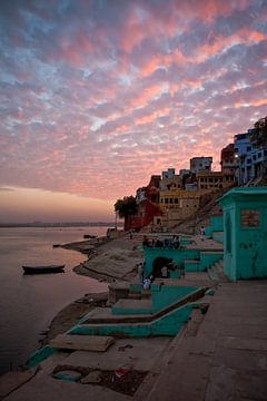 Zonsondergang boven de stad Varanasi in India. Wout Kok One2expose. van Wout Kok