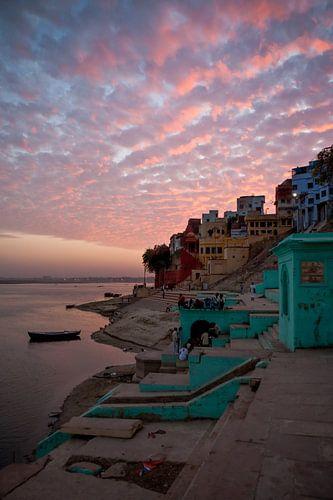 Zonsondergang boven de stad Varanasi in India. Wout Kok One2expose. van
