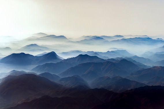 Misty mountains van Gerard Wielenga