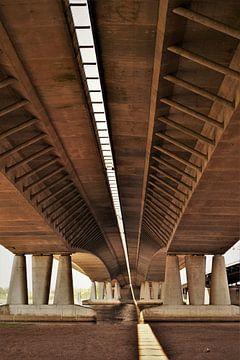 Abstract beeld onder brug van Maud De Vries