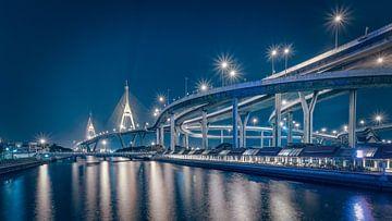 De Bhumibol brug in Bangkok van Peter Korevaar