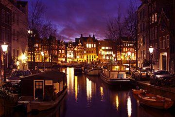 Stadsgezicht van Amsterdam bij nacht van Nisangha Masselink