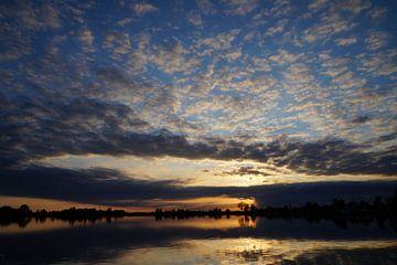 Sonnenuntergang über dem Wasser von Martine Overkamp-Hovenga