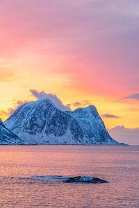 Winterse zonsondergang boven de Noorse Zee in Noord-Noorwegen