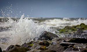 Ruige zee met opspattend water op de golfbrekers van Texel