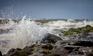 Ruige zee met opspattend water op de golfbrekers van Texel von Martijn van Dellen
