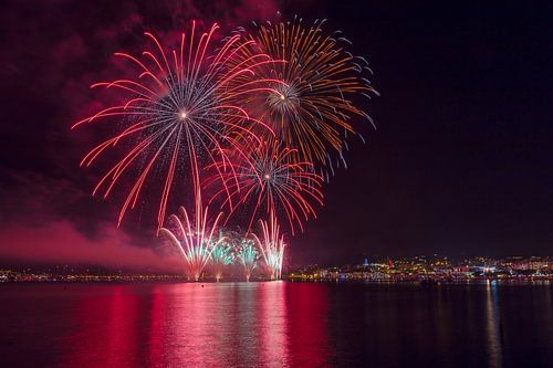 Jaarlijkse vuurwerk shows voor het Plage de la Croisette, Cannes, Alpes Maritime, Frankrijk van Rene van der Meer