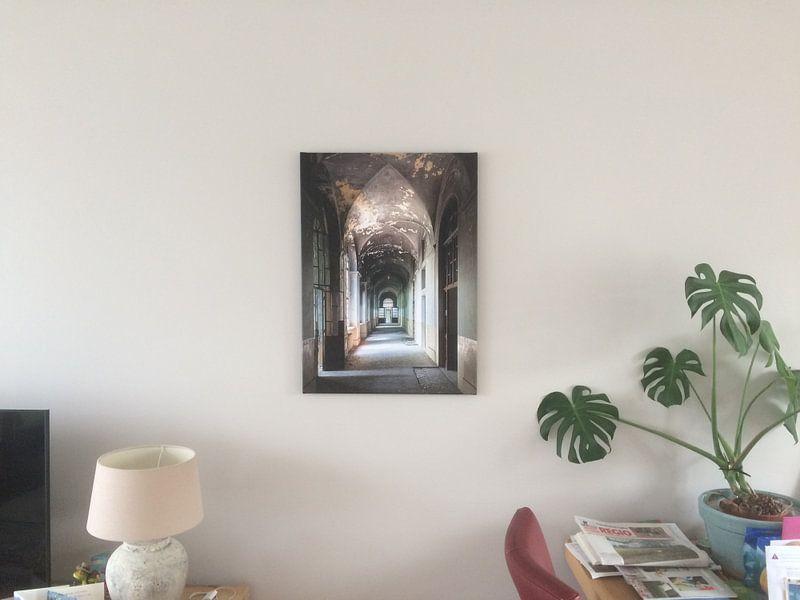 Klantfoto: Lange Verlaten Gang. van Roman Robroek, op canvas