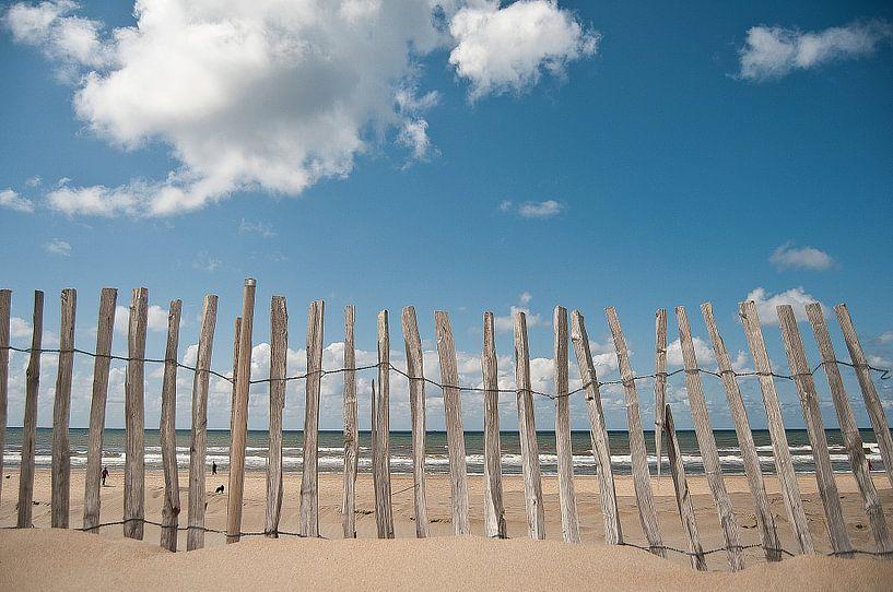De zee vanachter een hek van Doris van Meggelen