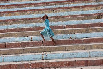 Dieses Mädchen scheint für eine der vielen Schritte von Varanasi in Indien darstellen. Die Treppen s von Wout Kok