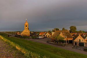 De zon over de dijk bij Wierum. van Erik de Rijk