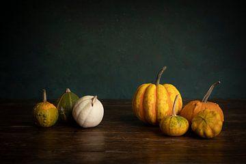 Herfst, oogst of Halloween stilleven met pompoenen tegen een groene achtergrond van Leoniek van der Vliet