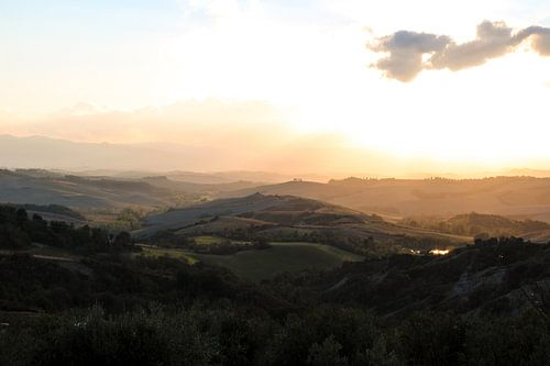 De heuvels van Toscane tijdens een zonsondergang van