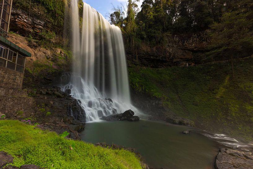 Die Basis des Dambri-Wasserfalls - Vietnam von Thijs van den Broek