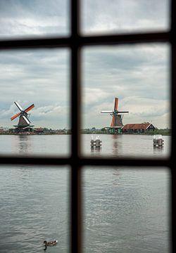 zicht door een raam van een molen op zaanse schans van Compuinfoto .