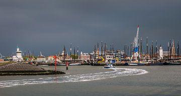 Entree van de haven van Harlingen met een donkere lucht. van Harrie Muis